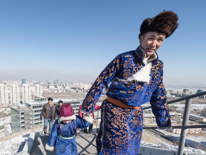Grimper les 300 marches de la colline de Zaisan et admirer la vue n'est pas uniquement réservé aux touristes. Les Mongols, vêtus de leurs plus beauc atours pour Tsagaan Sar, apprécient aussi de se rendre en famille au mémorial