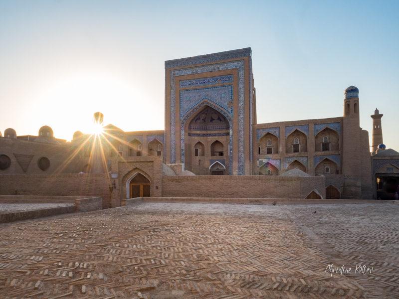 La Medersa d'Allakuli-Khan, construite en 1834-1835, est une de plus anciennes écoles spirituelles de Khiva. Aujourd'hui, elle abrite le musée de la médecine